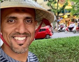 """Trọng tài bắt trận Việt Nam – Thái Lan đội nón lá, """"check-in"""" tại Hồ Gươm"""