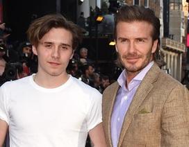 """Brooklyn Beckham luôn """"lấy trộm"""" quần áo của cha để mặc"""