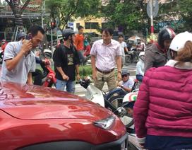 Ô tô tông hàng loạt xe máy đang dừng đèn đỏ ở Đà Nẵng