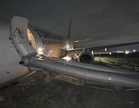 Máy bay Boeing tiếp đất bằng mũi, hành khách vội vã sơ tán
