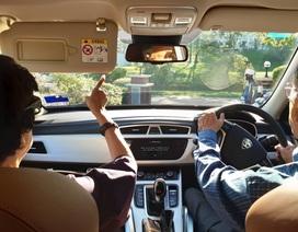 """Thủ tướng 94 tuổi lái xe chở vợ đi hẹn hò gây """"bão"""" mạng tại Malaysia"""