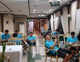 Cầu thủ U22 Việt Nam thảnh thơi uống cafe, lướt mạng chờ đấu Brunei