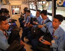 """HLV U22 Myanmar bực tức vì đội nhà bị """"nhồi nhét"""" từ sân bay về khách sạn"""