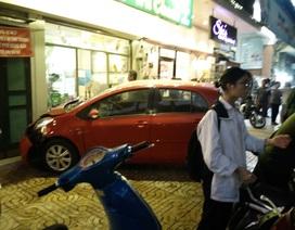 Hà Nội: Nữ tài xế lao ô tô vào tiệm trà chanh trên phố Hàng Bài
