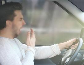 """Ảo giác ôtô """"đi lùi"""" khi dừng đèn đỏ nguy hiểm ra sao?"""