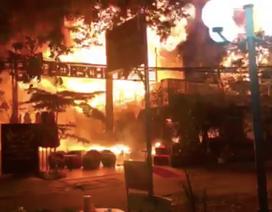 Quán bar cháy dữ dội trong đêm, hơn 70 người bỏ chạy tán loạn