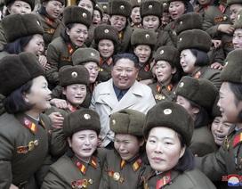 Quân nhân Triều Tiên òa khóc khi gặp ông Kim Jong-un