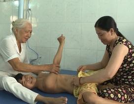 """Cảm phục """"bà ngoại"""" điều trị miễn phí cho gần 5.000 trẻ bại não"""