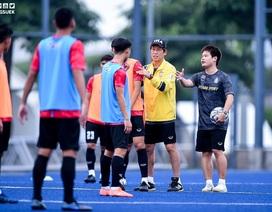 HLV Nishino phàn nàn điều kiện sân bãi ở SEA Games, lo lắng thua Indonesia