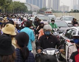 Hàng nghìn người đổ về sân vận động Mỹ Đình, giao thông ùn tắc kéo dài