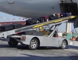 Xe băng chuyền lao tự do, va quệt trong sân bay Tân Sơn Nhất