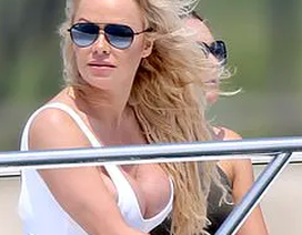 Pamela Anderson vẫn bốc lửa ở tuổi 52