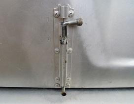Vụ 3 học sinh rơi khỏi xe đưa đón: Đường xóc khiến chốt cửa tự chế bị bung?