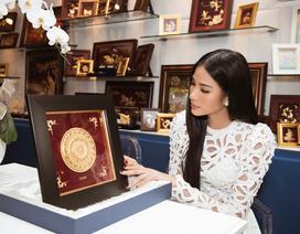 Bí mật tạo nên vẻ đẹp của món quà Hoàng Thùy dành tặng tổ thức Hoa hậu Hoàn vũ Thế giới 2019