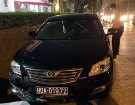 Hà Nội: Xe biển xanh gây tai nạn rồi bỏ chạy, tài xế cố thủ trên xe