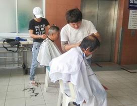 Nhóm bạn trẻ cắt tóc miễn phí cho bệnh nhân