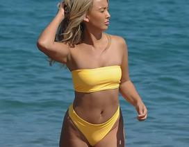 Người đẹp Anh rực rỡ với bikini vàng