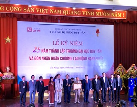 Trường ĐH Duy Tân đón nhận Huân chương Lao động hạng Nhất