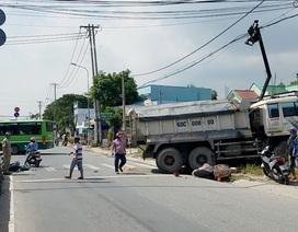 Xe ben tông 2 xe máy, lao vào nhà dân ở Sài Gòn