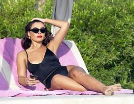 Người đẹp Francesca Allen gợi cảm tắm nắng trên biển