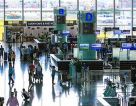 """Camera an ninh """"tố"""" kiểm dịch sân bay """"cuỗm"""" 2.000 Euro của khách Tây"""