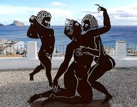 """Du khách """"ngượng chín mặt"""" khi thấy tác phẩm mô phỏng cảnh nhạy cảm trên bãi biển"""