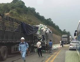 Ô tô tông nhau nát đầu trên cao tốc, 5 người thương vong