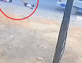 Thêm xe đưa rước bung cửa sau, 2 học sinh tiểu học rơi xuống quốc lộ
