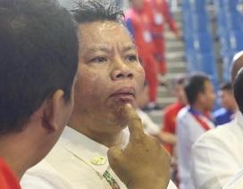 """Trọng tài bất ngờ """"ăn đòn"""" trong trận võ gậy giữa Việt Nam và Myanmar"""