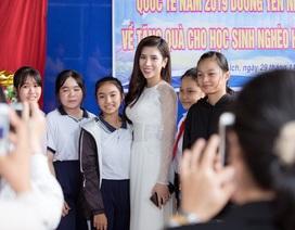 Hoa hậu Dương Yến Nhung truyền cảm hứng cho các em học sinh