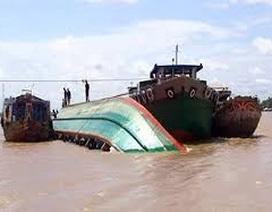 Chìm tàu chở gạch trên sông