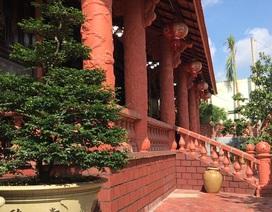 Ngôi nhà phủ gốm đỏ chất đầy đồ cổ độc nhất miền Tây