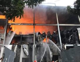 Khu chứa hàng công ty bánh kẹo cháy dữ dội