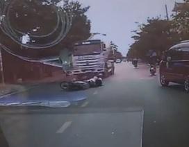 Bất ngờ ngã xuống đường, 2 thanh niên bị xe bồn cán thương vong