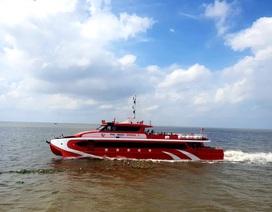 Tàu cao tốc tạm dừng hành trình, quay đầu cứu 4 người trôi dạt trên biển