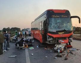 Hà Nội: Va chạm liên hoàn trên cao tốc, nữ phụ xe khách chết thảm