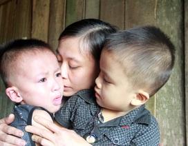 Nghẹn ngào cảnh vợ chồng khánh kiệt bất lực ôm hai đứa con thơ phó mặc số phận