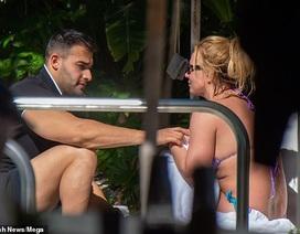 Britney thư thái đi bơi cùng bồ trẻ