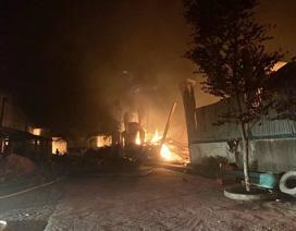 Xưởng sản xuất đũa bốc cháy dữ dội trong đêm