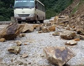 Đất đá sạt lở đe dọa tính mạng người dân trên quốc lộ
