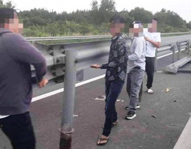 Xác minh nhóm tài xế tự ý tháo dỡ tôn hộ lan trên cao tốc