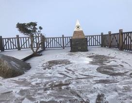 Băng tuyết phủ trắng đỉnh Fansipan
