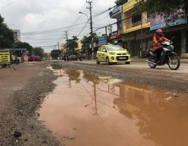 Ngán ngẩm con đường chi chít ổ gà, cứ mưa là ngập sâu giữa thành phố du lịch