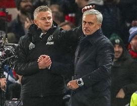 HLV Solskjaer gây sốc khi xoa đầu Mourinho sau chiến thắng