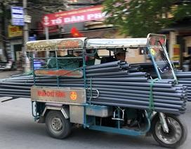 Xe ba bánh chở hàng cồng kềnh nghênh ngang trên đường phố