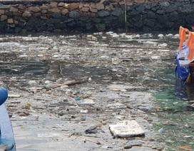 Đảo hơn 3.000 dân ở Nha Trang ngập rác mùa biển động