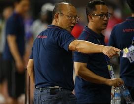 HLV Park Hang Seo ở lại dọn rác sau trận thắng U22 Campuchia
