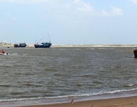 Sóng lớn nhấn chìm tàu giữa biển, 2 ngư dân mất tích