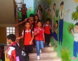 Bức tường rực rỡ màu sắc trong trường học