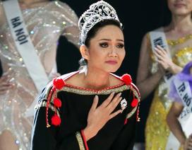 H'Hen Niê gây sốt khi diện trang phục cô gái Ê-Đê, đi chân trần trao vương miện cho tân Hoa hậu